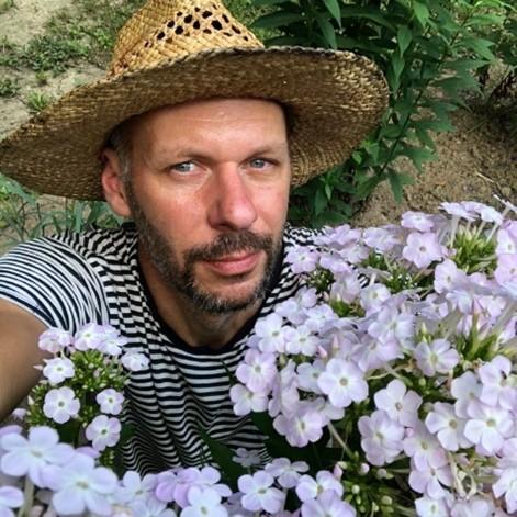 Obsah obrázku osoba, exteriér, rostlina, květina  Popis byl vytvořen automaticky